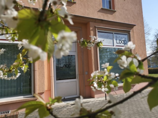 Haupteingang der InfinityLoop GmbH & Co. KG, Entwicklungsdienstleister in Senftenberg.